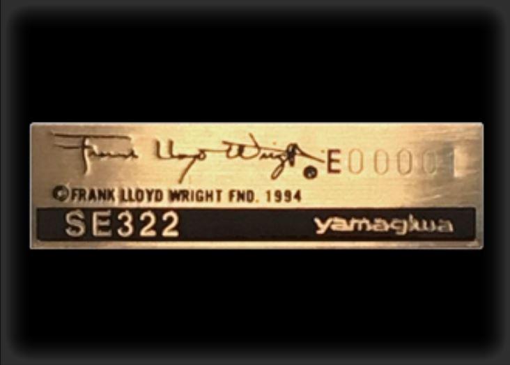 シリアルナンバーが刻印された真鍮プレート